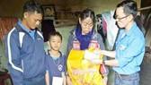 Đại diện các đoàn thể Trường Tiểu học Trần Quốc Toản tặng quà năm học mới giúp cháu Sơn