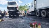 Hiện trường vụ tai nạn làm 13 người chết, 4 người bị thương xảy ra hôm 30-7 trên QL1A đoạn tuyến tránh Vĩnh Điện (xã Điện Minh, thị xã Điện Bàn, tỉnh Quảng Nam). Nguyên nhân ban đầu được nhận định là khả năng lái xe ngủ gật và gây tai nạn.