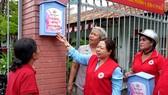 Thành viên Hội CTĐ quận 8 hướng dẫn người dân sử dụng tủ sơ cấp cứu cộng đồng