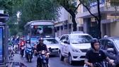 Mật độ phương tiện giao thông qua trước cổng trường Trần Đại Nghĩa rất lớn. Ảnh: Thành Trí