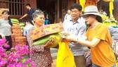 Gia đình anh Phương (ngụ phường 2, quận Tân Bình) mùa Vu Lan năm nào cũng tặng hơn 100 phần quà đến  các gia đình khó khăn sống trên địa bàn