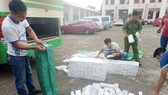 Bắt xe khách chở 3.500 gói thuốc lá lậu