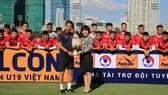 Bà Ngô Hồng Vân tặng hoa HLV Hoàng Anh Tuấn đội tuyển U19 Việt Nam