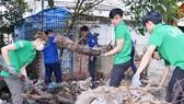 Thanh niên TPHCM tham gia dọn vệ sinh