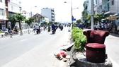 Hành vi vứt rác (ghế sofa) ở đầu cầu Nguyễn Văn Cừ như thế này sẽ dễ  xác định, truy phạt người vi phạm nếu như có trang bị camera giám sát