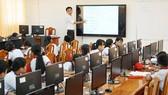 Với màn hình cảm ứng đa phương tiện, việc truyền đạt nội dung của thầy cô sẽ được học sinh tiếp thu dễ dàng hơn. Ảnh: HOÀNG HÙNG