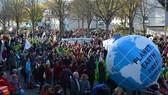 Người biểu tình kêu gọi các nước giữ cam kết với Thỏa thuận Paris.