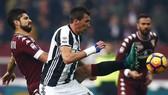 Hậu vệ Luca Rossettini (trái, Torino) cản phá Mario Mandzukic (Juventus) .