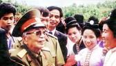 Đại tướng Võ Nguyên Giáp về thăm nhân dân Mường Phăng vào dịp kỷ niệm 50 năm Chiến thắng Điện Biên Phủ, tháng 5-2004  Ảnh: MINH ĐIỀN
