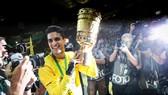 Marc Bartra trong ngày đăng quang cùng Dortmund ở Cúp nước Đức.