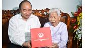 Thủ tướng Nguyễn Xuân Phúc đã tới thăm hỏi, động viên Mẹ Việt Nam Anh hùng Trần Thị Tư, thành phố Phan Thiết, Bình Thuận. Ảnh VGP