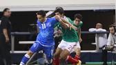 El Salvador (trái) khó tránh thất bại trước Mexico.