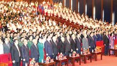 Các đồng chí lãnh đạo và nguyên lãnh đạo Đảng, Nhà nước cùng các đại biểu thực hiện nghi lễ chào cờ tại lễ kỷ niệm