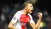 """Kylian Mbappe lại khiến Monaco như dậy sóng khi """"lả lơi"""" trước những đề nghị ra đi."""