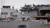 Tàu khu trục Mỹ USS John S. McCain bị hư hỏng sau vụ va chạm neo tại căn cứ hải quân Changi của Singapore, ngày 22-8-2017. Ảnh: AP