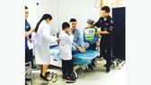Bệnh nhi làm cảnh sát và bác sĩ