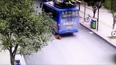 Bị xe bus cán qua người vẫn sống