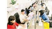 Giải quyết hồ sơ nhà đất cho người dân tại UBND quận 12, sáng 21-2           Ảnh: CAO THĂNG