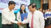 Chủ tịch UBND TPHCM Nguyễn Thành Phong khen thưởng 24 chủ tịch UBND phường - xã - thị trấn dẫn đầu phong trào thi đua của 24 quận - huyện