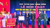 Thủ tướng Nguyễn Xuân Phúc trao tặng Ban Tuyên huấn Khu ủy Khu 5 danh hiệu Anh hùng LLVT nhân dân