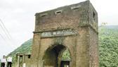 Các nhà khảo cổ học giới thiệu những dấu tích kiến trúc cổ được phát lộ trên đỉnh Hải Vân Quan
