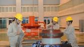 Thi công lắp đặt thiết bị nhà máy thủy điện                       Ảnh: CAO THĂNG