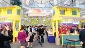 Người dân Thái Lan đến tham quan và mua sắm các mặt hàng tiêu biểu của Việt Nam tại Tuần hàng và du lịch Việt Nam năm 2018 tại Thái Lan
