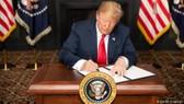 Tổng thống Mỹ Donald Trump ký sắc lệnh hành pháp tái áp đặt các biện pháp trừng phạt Iran. Ảnh: DW