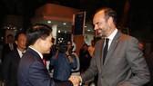 Chủ tịch UBND TP Hà Nội Nguyễn Đức Chung đón Thủ tướng Pháp Édouard Philippe tại khu vực phố đi bộ Hồ Hoàn Kiếm. Ảnh: TTXVN
