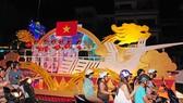 Mỗi xe hoa còn là một sân khấu nhỏ cho các nghệ sĩ biểu diễn