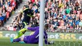 Mesut Oezil trong pha ghi bàn nâng tỷ số lên 2 - 0 cho Arsenal. Ảnh: Dailymail