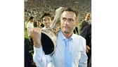 Jose Mourinho ôm cúp trong trận chung kết UEFA Cup 2003