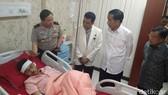 Tổng thống Indonesia Joko Widodo đến Bệnh viện Cảnh sát Kramat Jati thăm các nạn nhân của vụ đánh bom liều chết. Ảnh: Detik