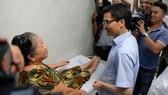 Phó thủ tướng Vũ Đức Đam thăm trạm y tế phường 11 (Q.4, TPHCM)