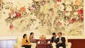 Đồng chí Du Vân Lâm, Ủy viên Thường vụ, Trưởng Ban Tổ chức Khu ủy Quảng Tây tiếp Đoàn đại biểu Thành ủy TPHCM