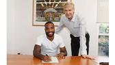 Lacazette và HLV Wenger trong ngày ký kết hợp đồng.
