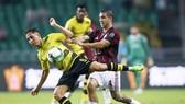 Jose Mauri (phải, AC Milan) tranh  bóng với tiền đạo Borussia Dortmund trên sân Quảng Châu, Trung Quốc.