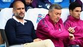 HLV Pep Guardiola (trái) tỏ ra hài lòng về chất lượng đội hình hiện tại.