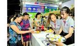 Khách hàng có thể trải nghiệm các loại trái cây tươi ngon đạt chuẩn VietGAP khi đến gian hàng MM Mega Market