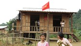 Người Làng Ho chuẩn bị cờ đón ngày Quốc khánh 2-9