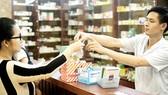 Mua bán thuốc tây tại một cửa hàng ở phường Tân Hưng, quận 7, TPHCM. Ảnh: HOÀNG HÙNG
