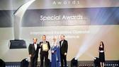 Lãnh đạo Công ty Du lịch Viettours nhận giải thưởng Special Awards.
