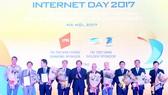 Bộ trưởng Bộ TT-TT Trương Minh Tuấn tặng hoa chúc mừng 10 cá nhân được bình chọn có ảnh hưởng lớn nhất đến Internet Việt Nam giai đoạn 2007 - 2017  