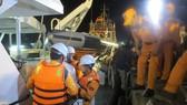 Tàu cứu nạn đưa thi thể thuyền viên vào bờ
