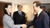 Thủ tướng Hàn Quốc Lee Nak-yon bắt tay bà Kim Yo-jong, em gái của lãnh đạo Triều Tiên Kim Jong-un trong buổi tiệc trưa ngày 11-2 tại Seoul