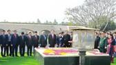 Chủ tịch nước Trần Đại Quang và Phu nhân đặt vòng hoa tại Khu tưởng niệm Mahatma Gandhi. Ảnh: TTXVN