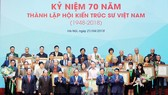 Thủ tướng Nguyễn Xuân Phúc, Trưởng Ban Tuyên giáo Trung ương Võ Văn Thưởng và lãnh đạo các bộ ngành, địa phương vinh danh các KTS tiêu biểu. - Ảnh: VGP