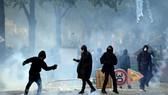 Người biểu tình tại Paris, Pháp ngày 1-5.