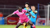 CLB Sài Gòn (trái) đánh mất chiến thắng trước Khánh Hòa ở phút 90. Ảnh: NGUYỄN NHÂN