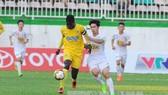 Thanh Hóa (áo vàng) trong lần đối đầu với Hoàng Anh Gia Lai. Ảnh: TTXVN